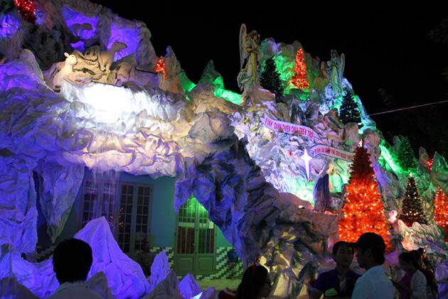 Trang trí hang đá chào mừng giáng sinh ở Nam Định